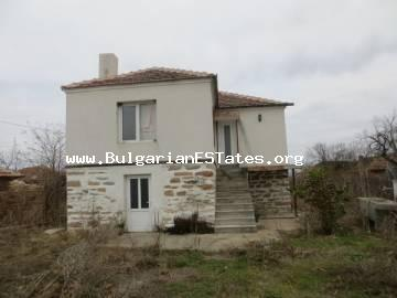 We offer for sale renovated two-storey house in the village of Lesovo, just 5 km from the checkpoint with Turkey and 25 km from the town of Elhovo.