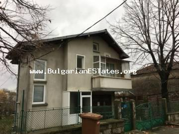 An affordable two-storey house in the village of Rosen is offered for sale, 6 km from the sea and only 25 km from the city of Burgas in 37 900 euro.
