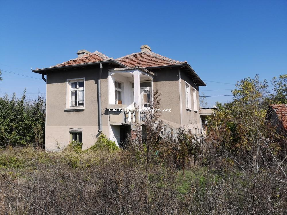 We offer for sale a two-story house with a gross built-up area of 100 sq.m. in the village of Dyulevo, located only 25 km from the city of Burgas and 6 km from the town of Sredets.